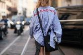 En las camisas y jerséis, las marcas cuelan sus letras de la forma...
