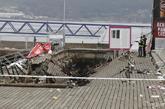 Dos policías observan la pasarela del paseo marítimo de Vigo que se...