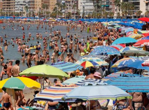 Cientos de bañistas en la playa de Benidorm.