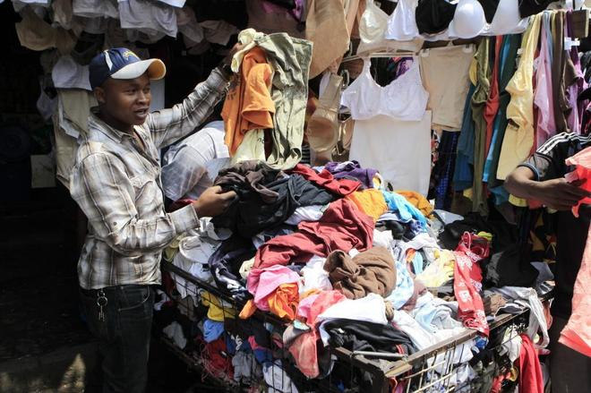 Subasta de ropa de segunda mano en el mercado de Gikomba, en Nairobi.