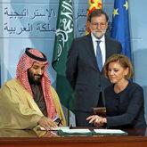 El príncipe heredero de Arabia Saudí, Mohamed bin Salman, junto a la...