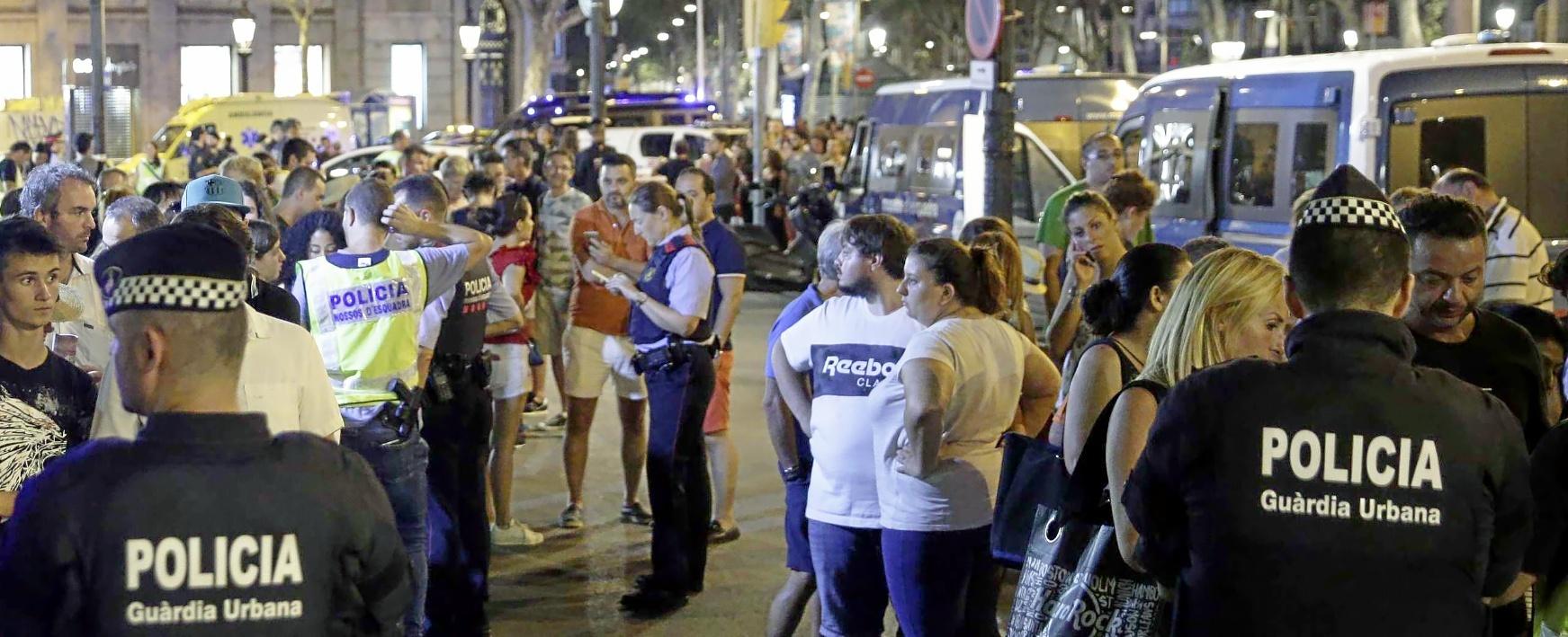 Miembros de las Fuerzas de Seguridad y los servicios de emergencia, en la Rambla de Barcelona pocas horas después del atentado del 17-A