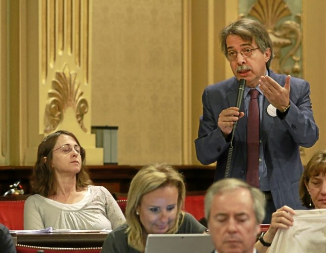 El portavoz de Ciudadanos, Xavier Pericay, durante una intervención en el Parlament.