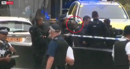 El hombre, en el momento de ser detenido en Londres.