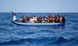Inmigrantes en una patera en el Mediterráneo esperan a ser...