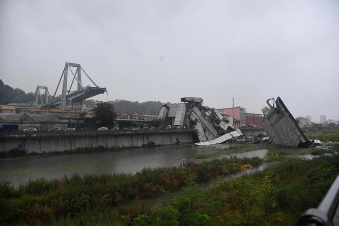 Un puente se derrumba en Génova dejando atrapados a decenas de vehículos entre los escombros