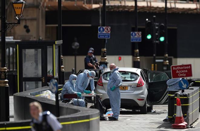 El Ford Fiesta que usó el terrorista, de este martes en Londres, junto a Westminster.