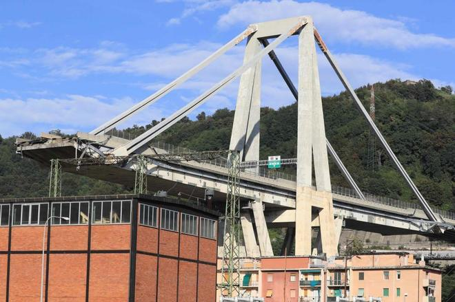 El puente Morandi, en Génova, después de derrumbarse.