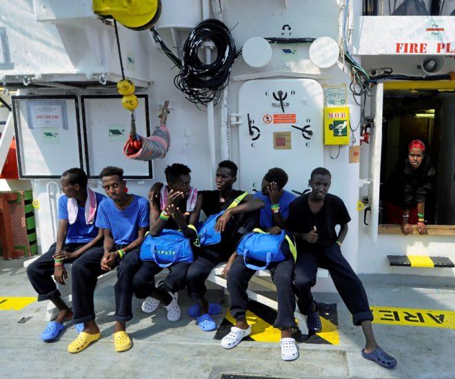 Un grupo de inmigrantes en la cubierta del buque 'Aquarius'