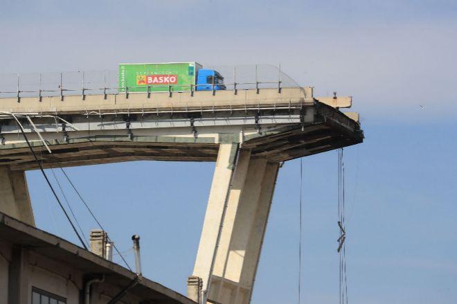 Un camión en el puente, tras su colapso.