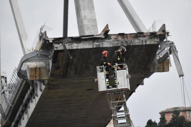 Los servicios de rescate trabajan en la búsqueda de víctimas tras el derrumbe del puente de Génova.