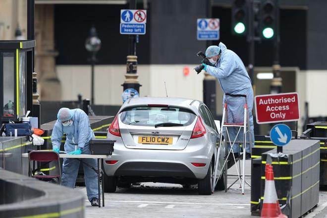 La Policía forense analiza el Ford Fiesta del atropello.