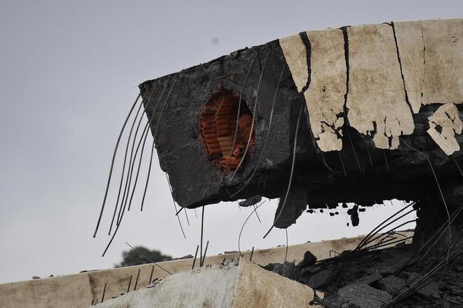 Imagen de parte del puente derrumbado.