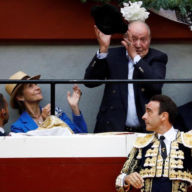 El Rey Juan Carlos y la Infanta Elena, durante el cuarto festejo taurino de la Feria de la Semana Grande de San Sebastián.