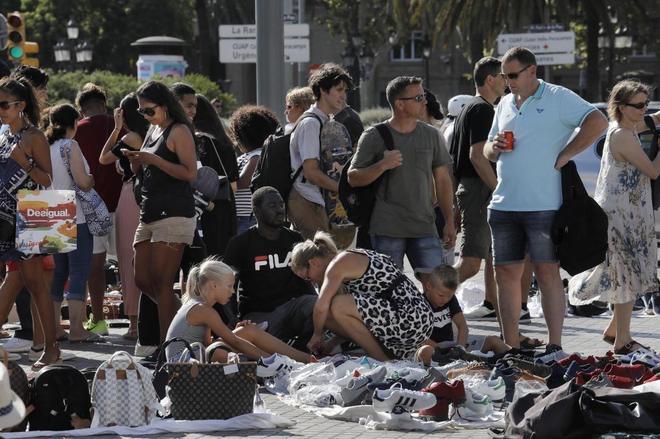 """""""Manteros"""" en la zona del Paseo Colon de Barcelona."""