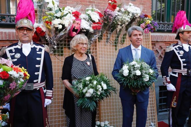 La alcaldesa de Madrid, Manuela Carmena, y el presidente de la Comunidad, Ángel Garrido, en la ofrenda floral de la Virgen de la Paloma.