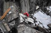 Los equipos de emergencias trabajan entre los escombros del puente...