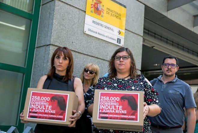 La asociación ilicitana contra la violencia de género entrega firmas a favor de Juana Rivas