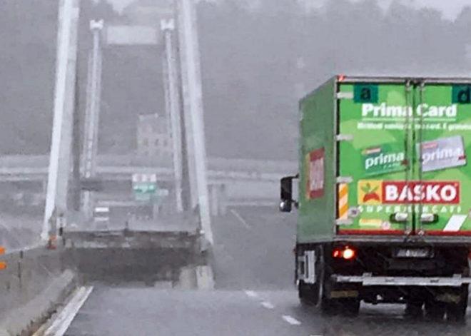 Vista del camión que quedó a punto de desplomarse en el viaducto Morandi