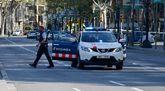 Un agente sale de un coche de los Mossos, durante el atentado del 17-a...
