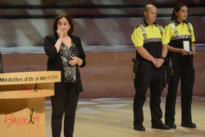 Ada Colau durante la entrega de medallas a los cuerpos que trabajaron el 17-A, en septiembre