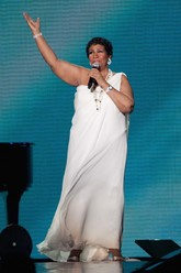 Un 'look' angelical con este vestido blanco con escote asimétrico...