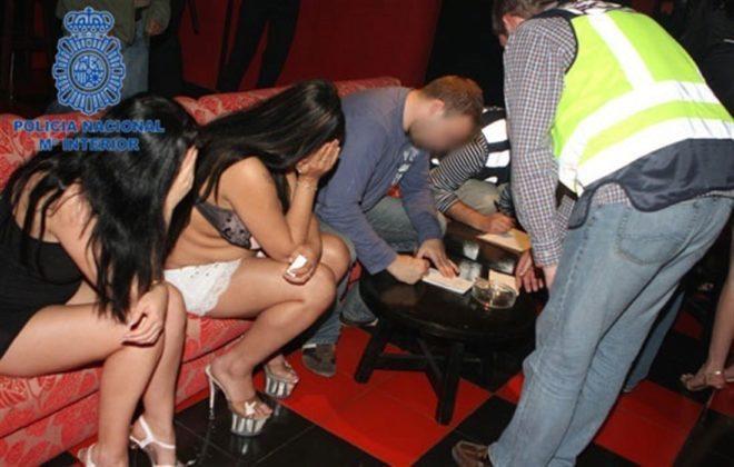 Dos de las prostitutas se tapan el rostro mientras la Policía trata de esclarecer el caso.