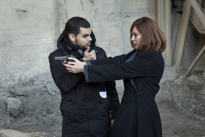 El director David Victori dirige a Belén Rueda durante el rodaje de El Pacto