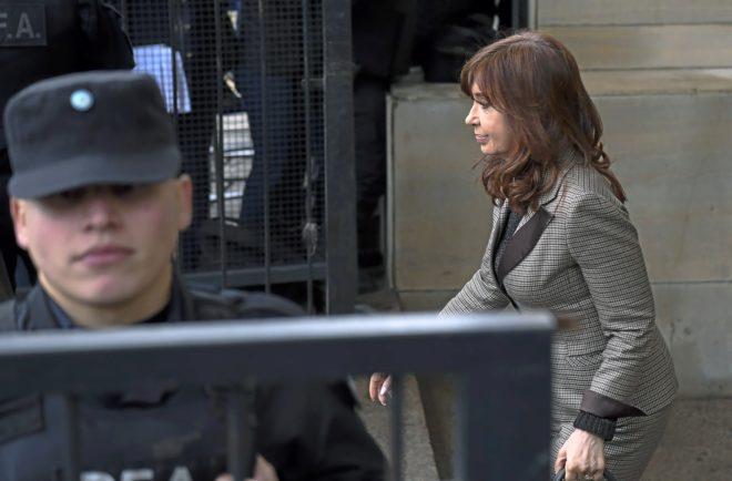 La ex presidenta Cristina Kirchner sale de un tribunal federal en Buenos Aires.