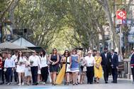 Las víctimas han encabezan la comitiva de la ofrenda floral en el mosaico de Joan Miró de La Rambla de Barcelona