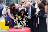 Familiares de las víctimas del 17A participan en la ofrenda floral.