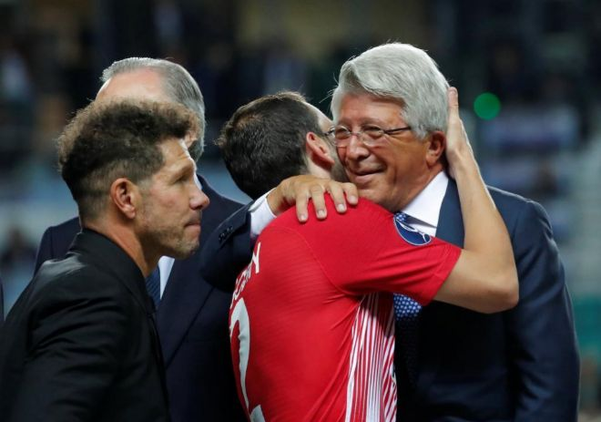 Simeone, Cerezo y Godín celebran la Supercopa.
