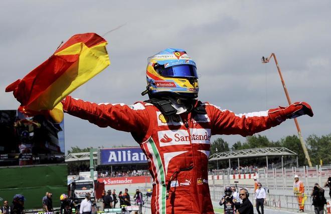 En el caos del paddock de Montmeló, Fernando Alonso caminaba