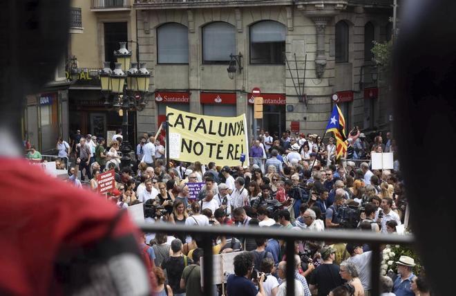 Los manifestantes se han increpado exhibiendo `estelades` y banderas españolas;