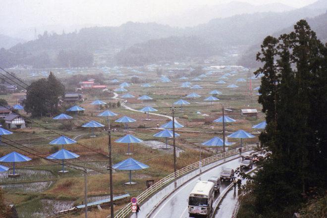 Instalación 'Umbrellas' de Christo y Jeanne-Claude en Japón.
