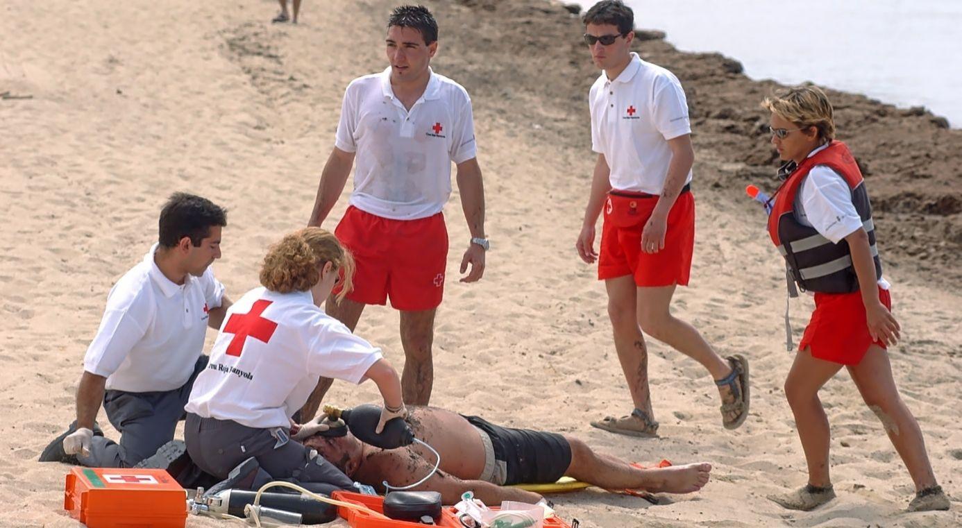 Socorristas y sanitarios de Cruz Roja atendiendo a un ahogado en Playa de Palma