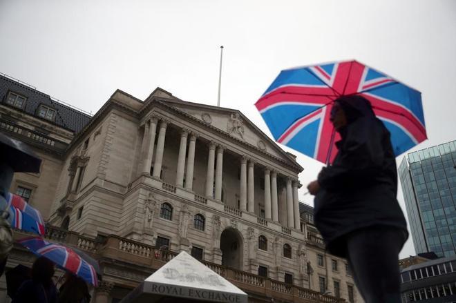 Paseantes frente al Banco de Inglaterra en Londres, Reino Unido.