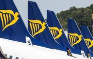 Varios aviones de Ryanair en una pista de aterrizaje.