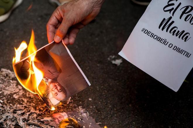 Los CDR queman retratos del juez Llarena el pasado 2 de agosto en Barcelona.
