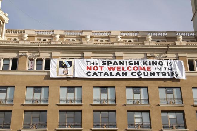 La pancarta contra el Rey Felipe VI visible desde plaza Catalunya