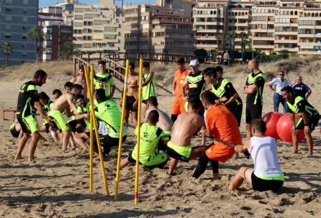 Uno de los entrenamientos estivales en la playa del primer equipo de Pacheta.