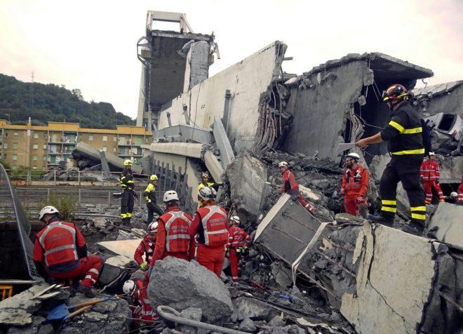 Trabajadores de la Cruz Roja buscan desaparecidos entre los escombros del puente Morandi.