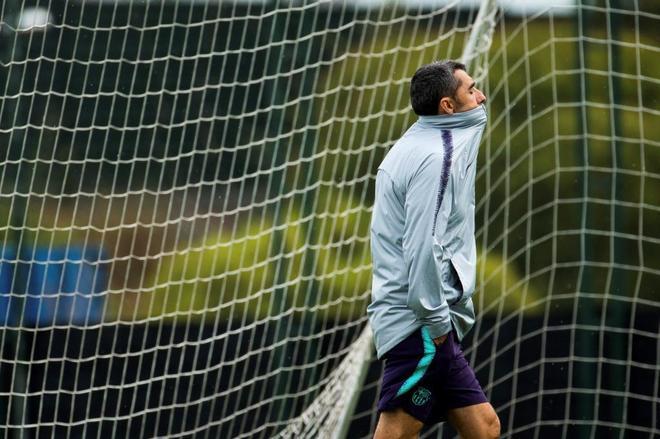 Ernesto Valverde, durante el entrenamiento del Barcelona.