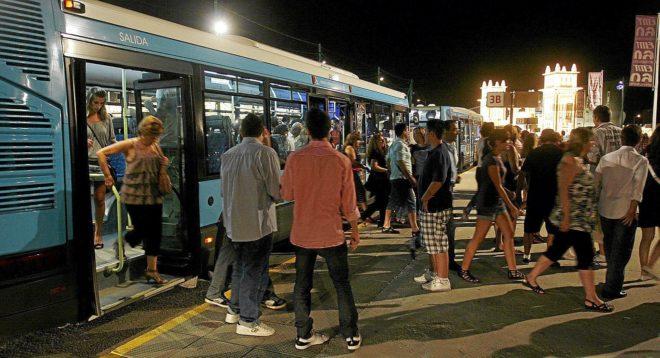 Un autobús, cargado de pasajeros que se dirigen a la feria de Málaga.