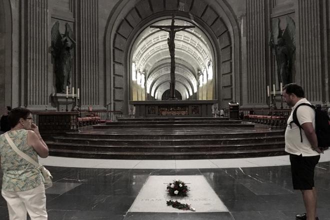 Visitantes del Valle de los Caídos ante la tumba del dictador...