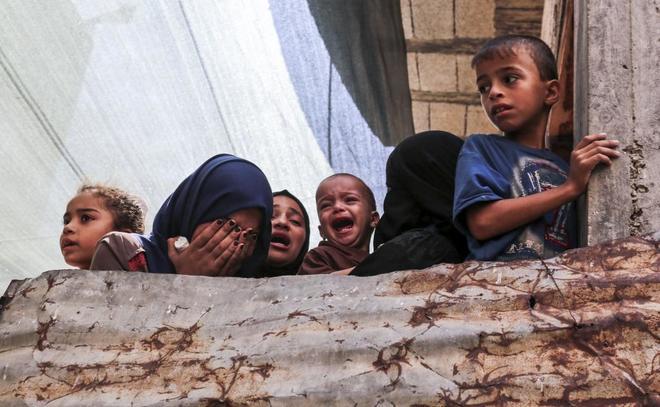 Familiares del joven de 26 años Sadi Moamer, asesinado por disparos de soldados israelíes durante una manifestación en la frontera de Gaza, lloran su muerte este sábado.