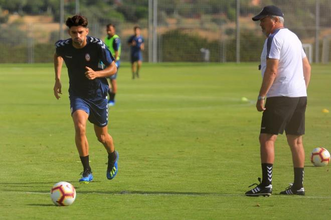 Iriondo observa a Enzo Zidane durante un entrenamiento del Rayo Majadahonda.
