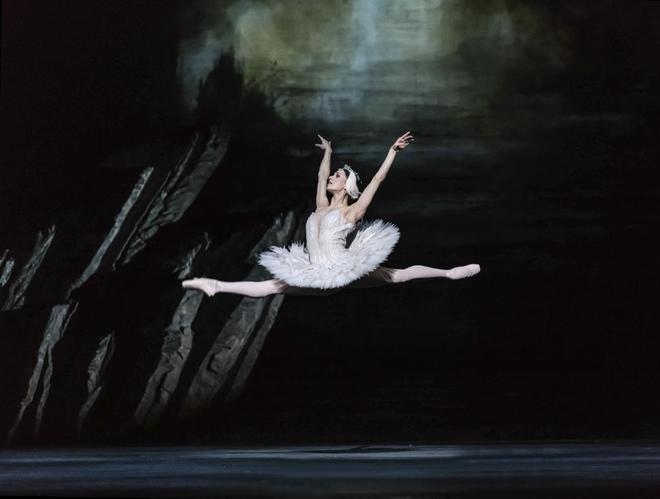 Marianela Núñez, en 'El lago de los cisnes' de Liam Scarlett.