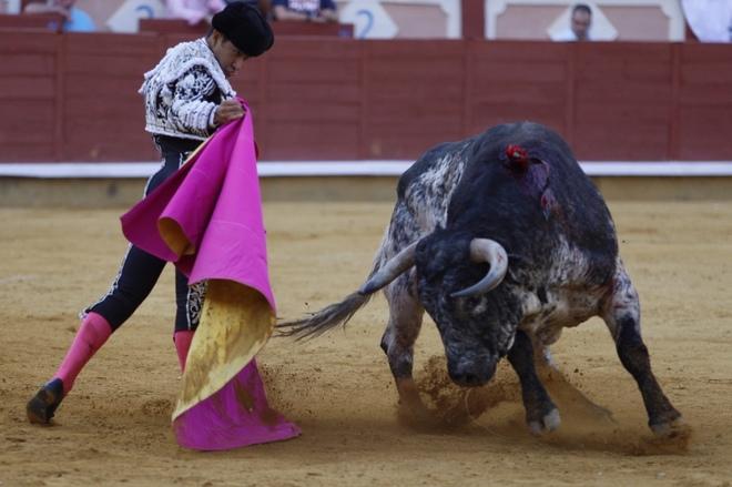 Joselito Adame se abre de capa ante el clásico toro de Cebada Gago