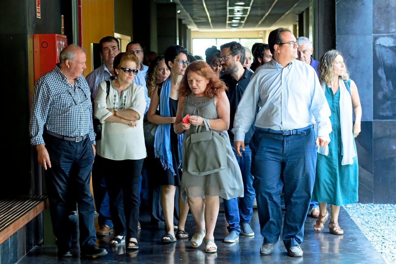 Familiares y amigos, ayer, en el tanatorio municipal de Valencia para...